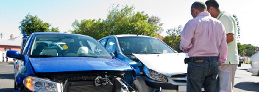accident-voiture-bleue-deux-hommes