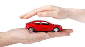 voiture-mini-entre-mains