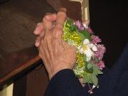mains-senior-fleurs-priere