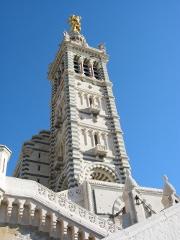 AXA au Maroc, en Grande-Bretagne et à Marseille