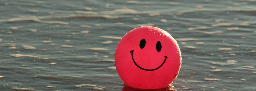ballon-rose-eau-mer-bonheur-joyeux