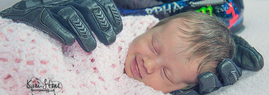 La mère d'Aubrey a immortalisé sa fille dans les gants de moto du père