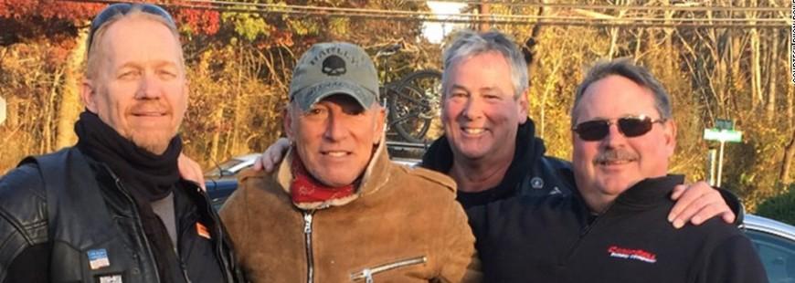 Un Américain aide un motard en panne, c'est Bruce Springsteen !