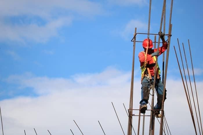 poteau-electrique-ouvrier-btp