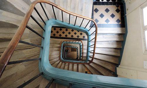 Mettez un mot dans la cage d'escalier de votre immeuble pour votre soirée du nouvel an