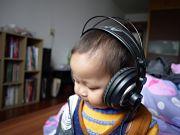 Les enfants écoutent, trop et trop souvent de la musique en casque