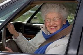 femme-agee-conduite-ceinture