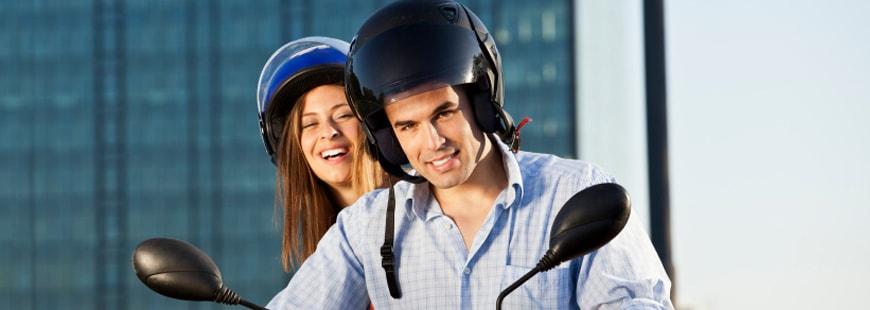 Le port du casque est obligatoire pour le conducteur et le passager de la moto