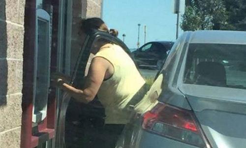 Cette femme utilise sa voiture pour tout et n'importe quoi!
