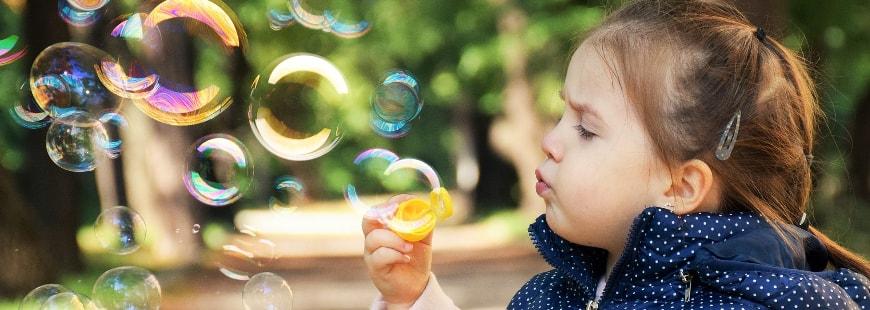 enfant-fillette-bulles