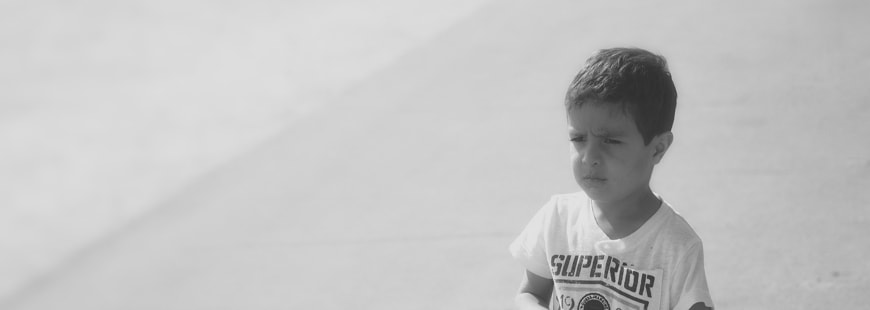 enfant-seul-noir-blanc