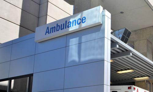 Une entrée d'hôpital pour les ambulances