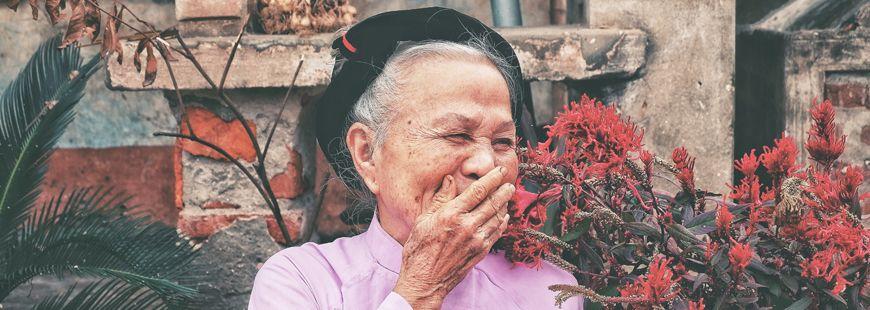 femme-agee-rigole