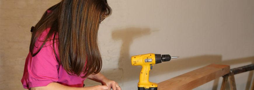 femme-bricolage-perceuse