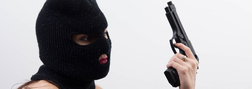 femme-cagoule-arme