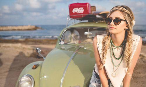 femme-voiture-verte-plage-lunettes-soleil