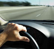 voiture-volant-main-route