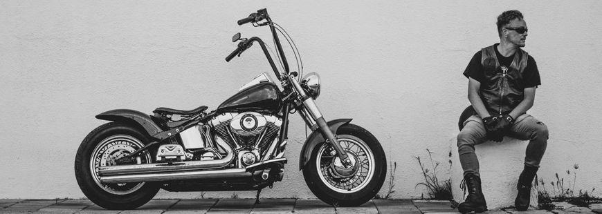homme-moto-noir-et-blanc