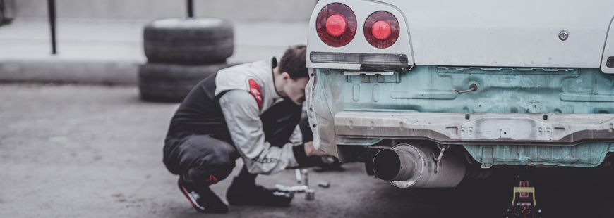 homme-voiture-reparation