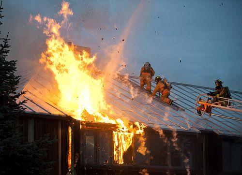 incendie-flemmes-maison-pompiers-toit