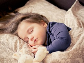 jeune-enfant-endormi