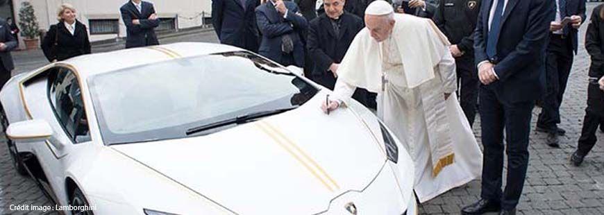 Le pape François a signé un autographe sur le capot de sa Lamborghini