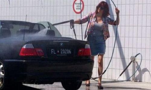 Cette femme lave sa décapotable, ouverte, à grandes eaux