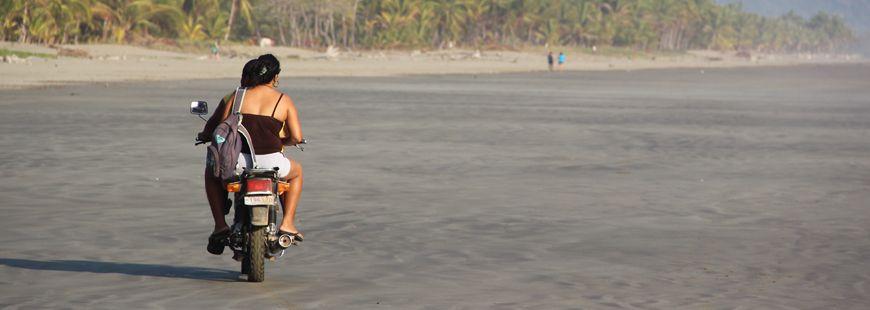 moto-couple-plage