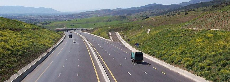 L'asphalte lisse des autoroutes est dangereuse