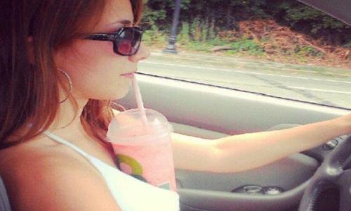 Cette conductrice a trouvé la solution pour boire sans danger en voiture