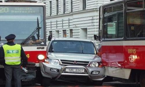 Cette voiture semble avoir voulu griller la priorité aux tramways qui ne se sont pas laissés faire!