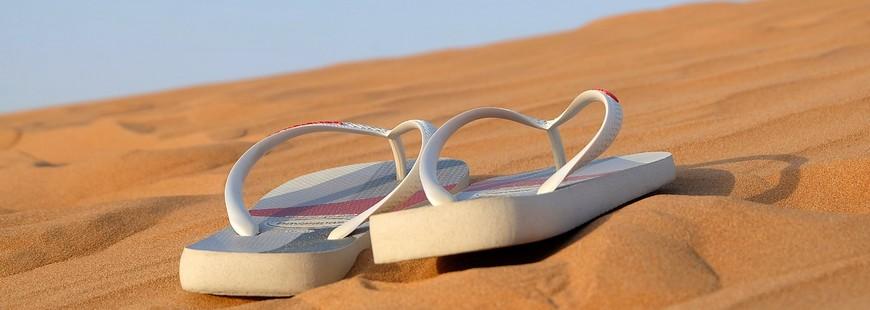 vacances-sable-soleil-tongs