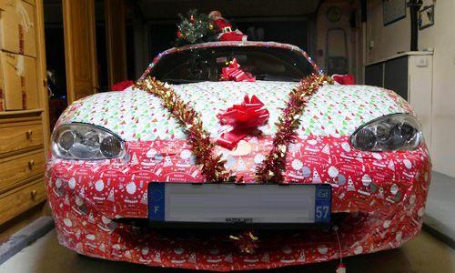 Cette voiture déguisée pour Noël va vous étonner!