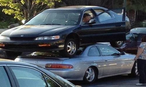 Cette dame ne trouvait pas de place sur le parking...