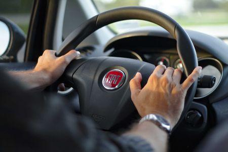 voiture-volant-mains